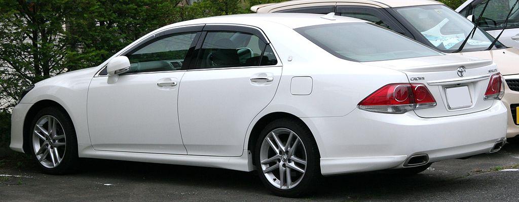 1024px-2010_Toyota_Crown_Athlete_rear