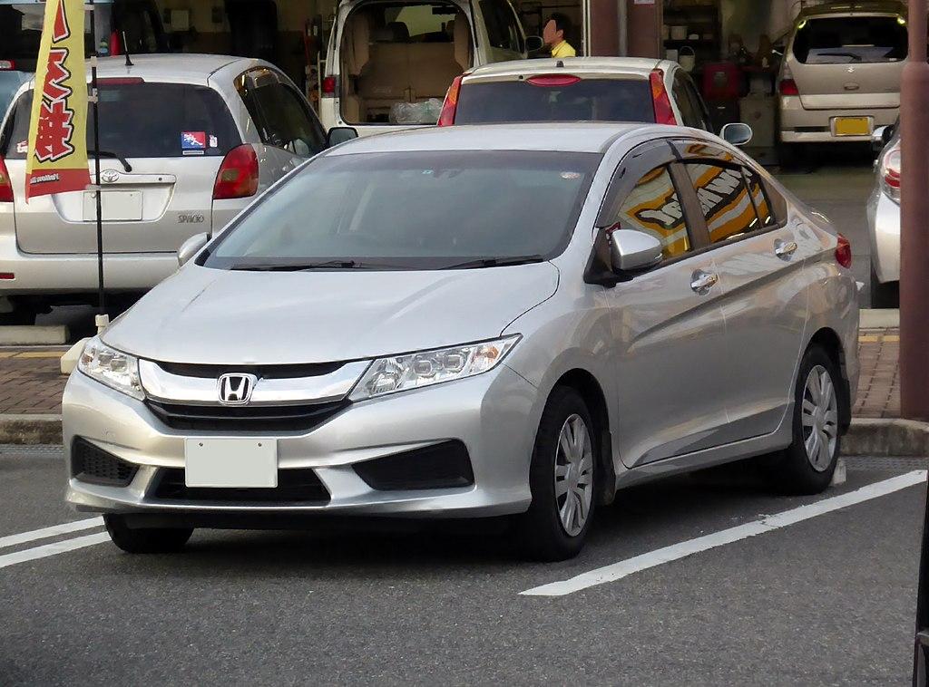 1024px-Honda_GRACE_LX_(DBA-GM6)_front